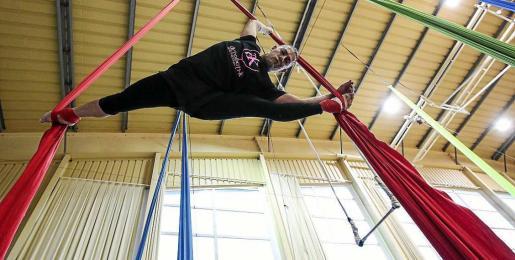 Uno de los miembros de la compañía Acrobati–k en plena acrobacia con las telas. Foto: ARGUIÑE ESCANDÓN