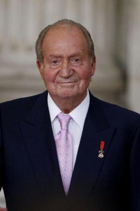 El Rey Juan Carlos sonríe durante la ceremonia, en el Palacio Real, en la que refrendó la ley orgánica que hará fectiva a medianoche su abdicación.