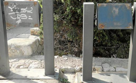 Dos paneles instalados en Dalt Vila completamente deteriorados, en los que ha desaparecido la información.