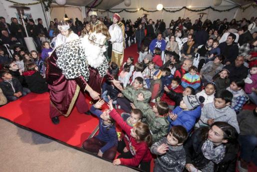 La carpa se quedó pequeña para albergar a los niños que no quisieron perderse la llegada de los Reyes Magos a la localidad 'josepina'.