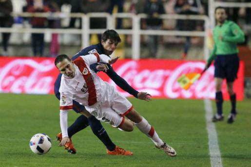 El centrocampista del Rayo Vallecano Miku (delante) lucha el balón con el centrocampista Óliver Torres, del Atlético de Madrid, durante el partido de ida de octavos de final de la Copa del Rey.