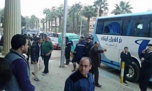 En la imagen se pueden ver los disparos de los terroristas al autobús de turistas.