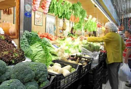 Algunos puestos de frutas y verduras del Mercat Nou. Fotos: D.M.