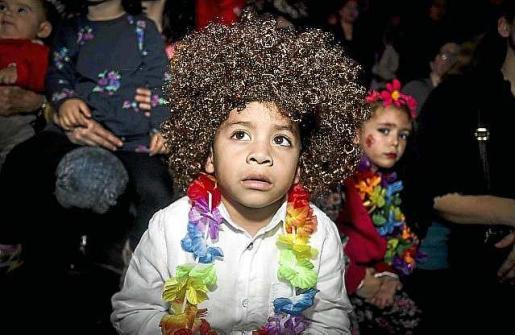 Los más pequeños no dudaron en ataviarse como hippies para disfrutar de la música, la animación y los bailes que se encargó de organizar Party Planet.