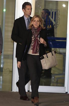 Cristina de Borbón e Iñaqui Urdangarin a su salida, este lunes, del edificio del EBAP donde se ha celebrado la primera sesión del juicio por el caso Nóos.