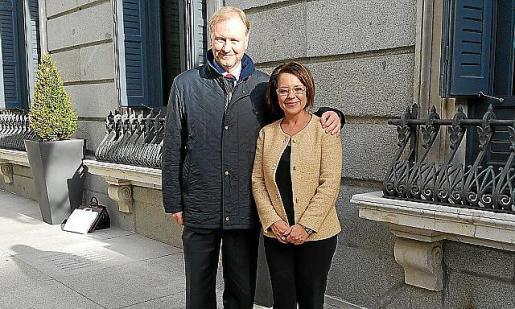 Sofía Hernanz con el diputado Ramón Socías.