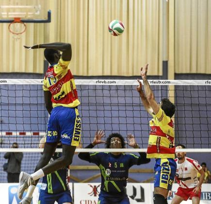 Bruque coloca el balón para que remate Diedhiou durante el partido Ushuaïa-Santanderina.