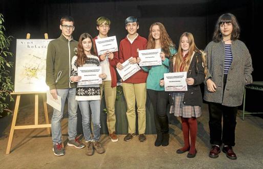 Foto de familia de los premiados en las distintas categorías de la novena edición del premio Neus Balansat.