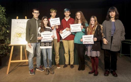 Foto de familia de los premiados en las distintas categorías de la novena edición del premio Neus Balansat. Foto: DANIEL ESPINOSA
