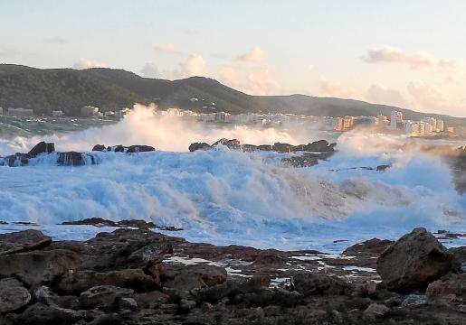 Las olas baten las rocas en estas impresionantes imágenes del fuerte temporal marítimo que azotó ayer a primera hora de la mañana la costa del port des Torrent. Foto: XAVIER ESTALRICH