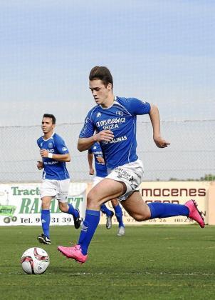 Cristian Cruz conduce el balón en el Sant Rafel-Collerense.