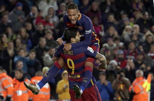 El delantero brasileño FC Barcelona Neymar (arriba) felicita a Luis Suárez tras marcar el quinto gol ante el Athletic de Bilbao.