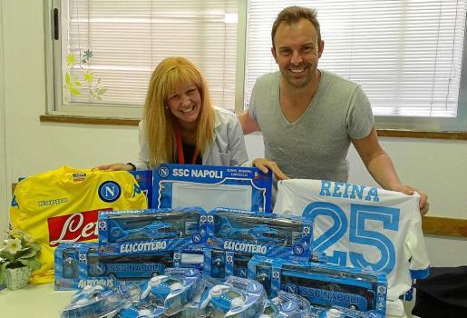 El ibicenco Carlos Ramón ayer por la mañana con los juguetes que han sido donados por el futbolista Pepe Reina.