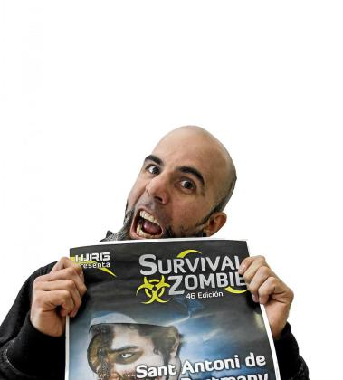 El guionista del juego, posa divertido ayer por la tarde con el cartel de esta segunda edición. Foto: DANI ESPINOSA