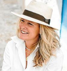 La autora y su libro. Sobre estas líneas la chef afincada en la isla desde hace más de una década.