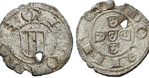 El diner de Pere de Portugal que en una de sus caras muestra las armas portuguesas y en la otra, las barras catalanas. También la inscripción «senyor de Mallorca».
