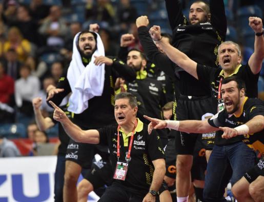 Jugadores y equipo técnico de la selección española celebran uno de los goles durante el encuentro ante Croacia. Foto: JACEK BEDNARCZYK