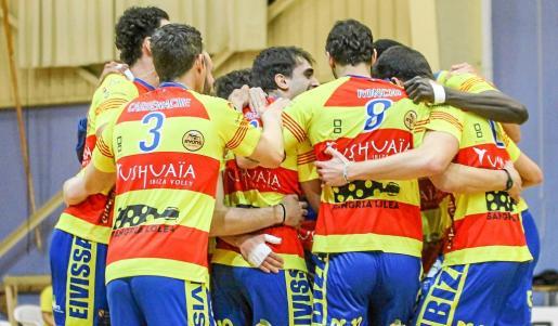 La alegría de los jugadores del Ushuaïa Ibiza Voley contrastaba ayer con la desolación de los integrantes del Río Duero San José.
