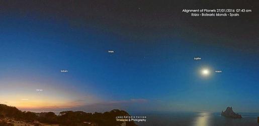 La instantánea refleja el alineamiento de cinco planetas junto con la luna y es Vedrà.