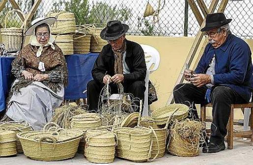 En una docena de puestos de artesanos se mostraron mostraron los oficios y productos más típicos y tradicionales de las Pitiüses. Foto: ARGUIÑE ESCANDÓN