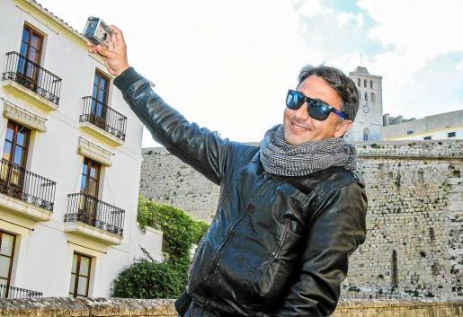 José Antonio Hervás jugó como un niño con la máquina de fotografías que le trajo nuestro fotógrafo Toni Escobar. Foto: TONI ESCOBAR