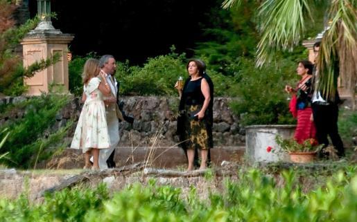 Los novios, con atuendo informal, departiendo con los invitados a la boda.