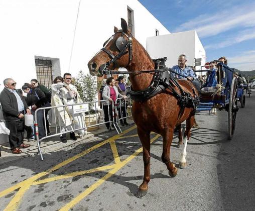Carros de todos los puntos de la isla se desplazaron hasta Santa Gertrudis para ser bendecidos por el sacerdote de la parroquia. Foto: DANIEL ESPINOSA