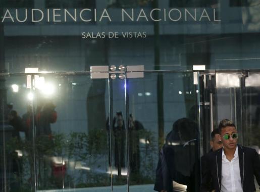 Neymar abandonando la Audiencia tras su declaración.