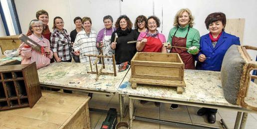 Este grupo de mujeres, ya que el 100% de las participantes de la formación son féminas, podrá disfrutar del curso de Restauración y Reciclaje de Muebles que comenzó ayer y se impartirá hasta el próximo 18 de marzo en Sant Antoni. Foto: DANIEL ESPINOSA