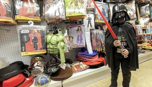 Las jugueterías y tiendas de disfraces ofrecen todo tipo de trajes y complementos.
