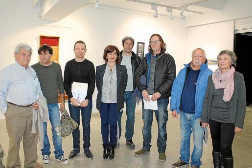 Los siete artistas participantes junto al conseller de Cultura David Ribas.