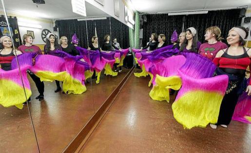 Los miembros de la Asociación de Vecinos de Es Clot lo han dado todo para que su comparsa 'Fantasía africana' luzca lo mejor posible durante la mañana del domingo en la rua de Carnaval que recorrerá las calles de Eivissa. Foto: DANIEL ESPINOSA