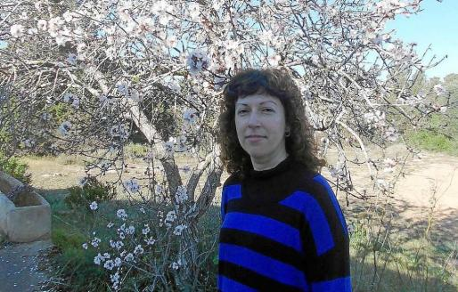 María Teresa Ferrer en una fotografía con los almendros en flor que llenan Formentera. Foto: M. V.