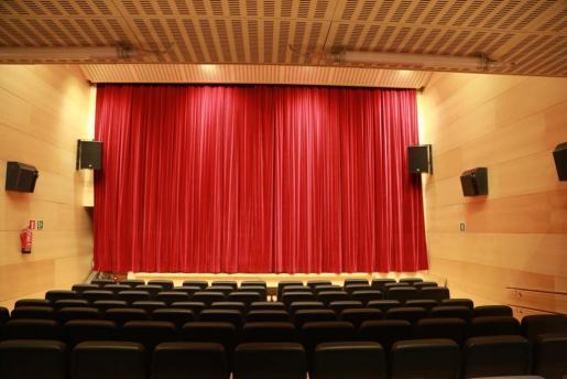 En la planta baja del edificio se encuentra el escenario y la platea y en la parte superior, el anfiteatro, con una capacidad para 165 personas.
