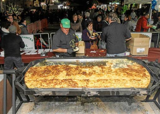 Hasta este año los encargados de hacer las tortillas eran los vecinos de Sa Capelleta. Ayer por la noche fue el turno de los miembros de la empresa El Tirol de Murcia. Foto: T. ESCOBAR