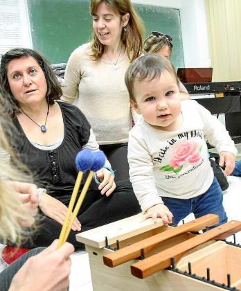 Las clases que imparte Melinda Miguel Andrés son muy dinámicas y divertidas. Foto: TONI ESCOBAR