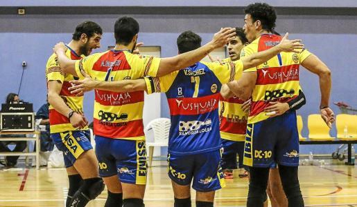 Los jugadores del Ushuaïa Ibiza Voley volvieron a celebrar por segunda semana consecutiva en el Pabellón Municipal Es Viver una victoria.