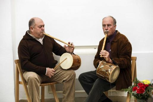 Los sonadors de la Colla des Broll abrieron y cerraron una misa que tuvo como protagonistas a los más mayores del municipio. Foto: DANIEL ESPINOSA
