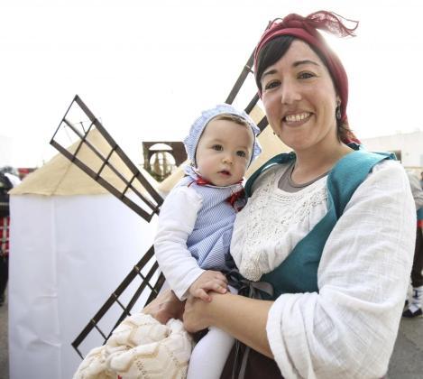 Dos de los miembros de la comparsa Don Quixote de Ses Salines de la Colla de Sant Jordi. Foto: ARGUIÑE ESCANDÓN