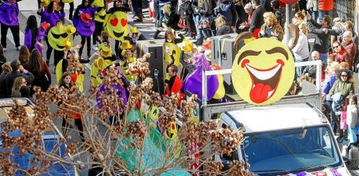 Los miembros de la AMIPA de Can Guerxo llenaron de color las calles con sus emoticonos. Foto: TONI ESCOBAR
