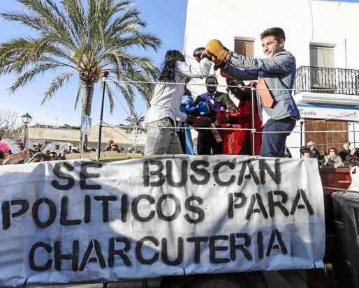 La comparsa de 'Juego de Pactos', una crítica a la situación política, se llevó el segundo premio. Foto: DANIEL ESPINOSA