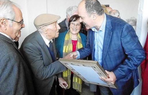 El Ayuntamiento de Santa Eulària entregó varios obsequios al nuevo centenario, una placa conmemorativa, una aguja de corbata de oro y una fotografía antigua de la iglesia de Sant Carles.
