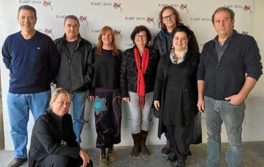 Los artistas y sus obras. Los siete participantes junto a la fotógrafa y galerista Patrizia Longarini.