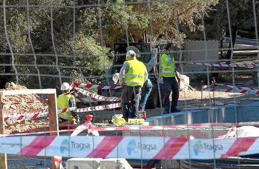 Un grupo de operarios trabajaban ayer en el lugar donde se produjo el accidente, en es Pujols.