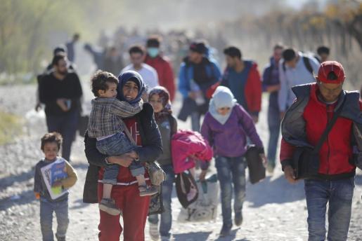 Un grupo de refugiados se dirige a la frontera con Serbia en Gevgelija (Macedonia). La mayoría de ellos huyen de violentos conflictos en países como Siria o Afganistán.