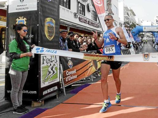 Adrián Guirado cruza la meta en primer lugar en la Cursa Festes de Sant Antoni.