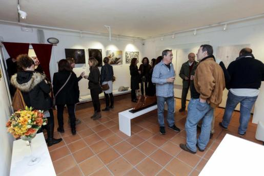 La exposición inaugurada ayer en P Art ha reunido a una gran cantidad de público que se ha acercado a contemplar las diferentes técnicas de las diversas obras que la componen. Foto: DE