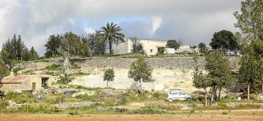 La casa payesa de Can Toni d'en Jaume Negre, que data del año 1898, estaba en 2011 completamente tapada por la vegetación.