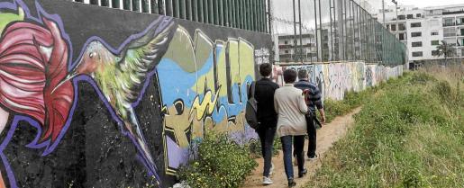 Imagen del caminito de tierra por el que cruzan a Vila a diario centenares de personas.