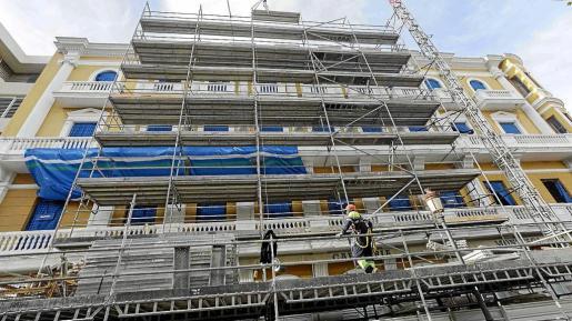 Un andamio cubre la fachada del hotel Montesol para pintarla y arreglar los desperfectos.